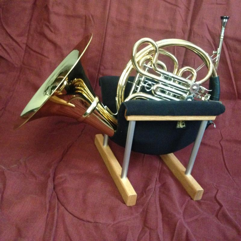 horn in soft stand
